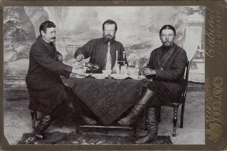 Купцы за обеденным столом